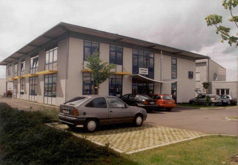 Neubau Lager-, Ausstellungs-, Büro- und Werkstattgebäude,  Firma Deuker & Neubauer, Dentalgroßhandel in Erfurt – Kerspleben (1997)*
